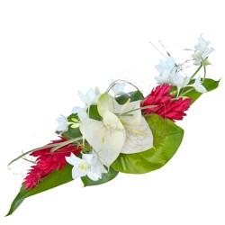 Centre de table longs avec des fleurs exotiques pour un for Bouquet de fleurs centre de table